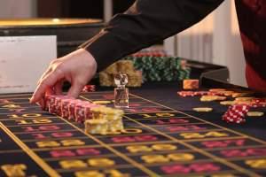 Croupier, main, roulette, jeton, tapis, casino